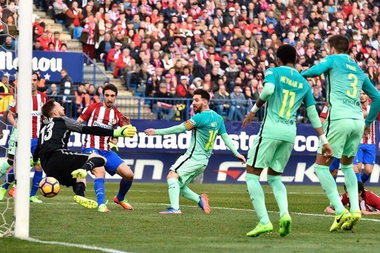 Lionel Messi anota el segundo gol del Barcelona, contra el Atlético de Madrid. (Foto Prensa Libre: AFP)