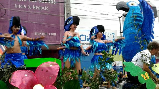 Bailarinas desfilaron en la carroza de la película Río y personificaron al guacamayo azul llamado Blue. (Foto Prenda Libre: Melvin Popá)