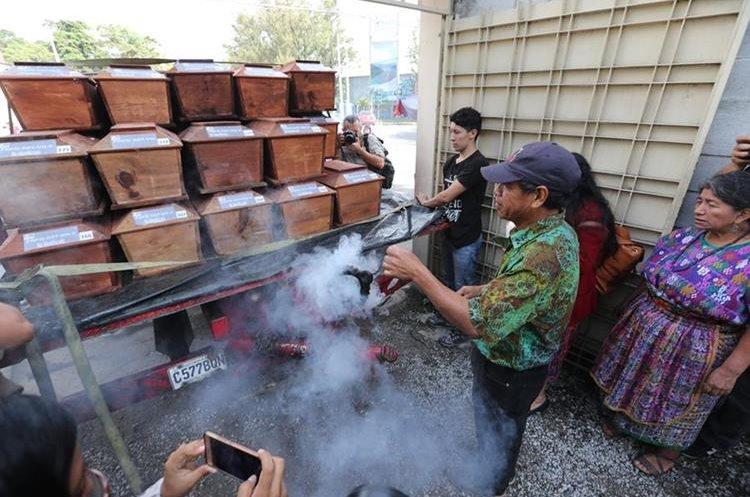 Familiares honran a sus parientes durante el traslado de los féretros hacia Chimaltenango. (Foto Prensa Libre: Érick Ávila)