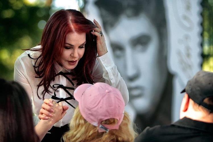 Priscilla Presley presenta el nuevo sello postal de Elvis. (Foto Prensa Libre: AP)