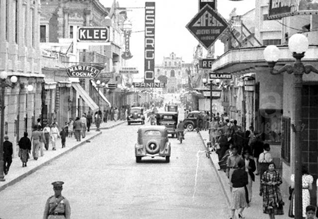 Vista de la Sexta Avenida en la década de 1940. Al fondo aparece el viejo cerro con el Calvario, lugar donde desembocaba esta arteria. Fue eliminado en 1945 para prolongar la avenida al sur. (Foto: Hemeroteca PL)