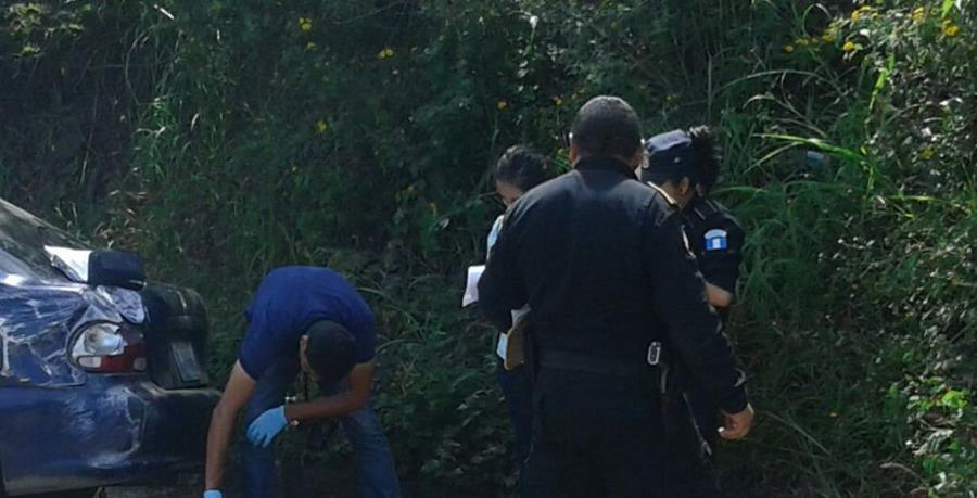 Investigadores inspeccionan el lugar donde ocurrió el accidente en la ruta entre Ipala y Chiquimula. (Foto Prensa Libre: Edwin Paxtor)