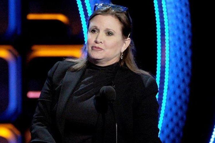 "Carrie Fisher entregó personalmente el ""regalo"" al productor. (Getty Images)."