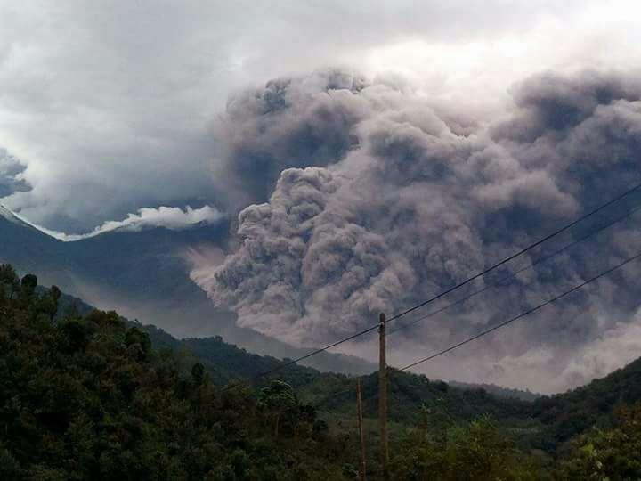 Personal de Conred atiende a evacuados por erupción volcánica. (Foto: Conred)
