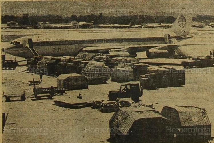 Avión de la Fuerza Aérea de Argentina descarga ayuda por el terremoto del 4 de febrero de 1976. (Foto: Hemeroteca PL)