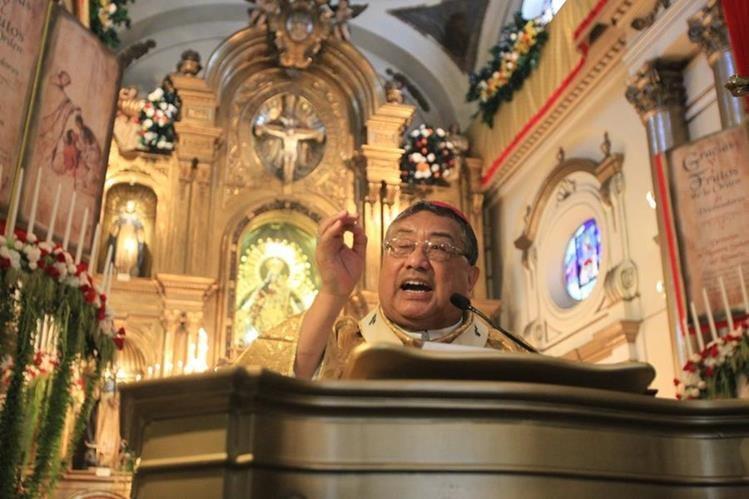 Oscar Julio Vian, ofició la misa en la iglesia Santo Domingo, como parte de los festejos por el mes de la Virgen del Rosario. (Foto, Prensa Libre: Esbin García)