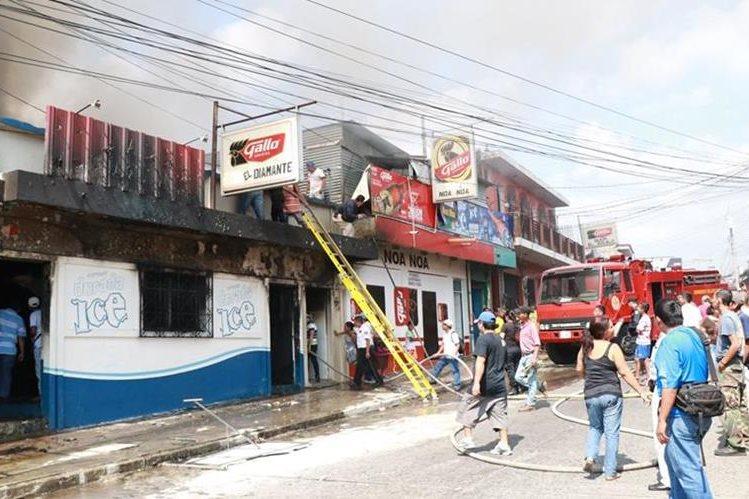 Parte frontal del inmueble en donde se generó el incendio. (Foto Prensa Libre: Cristian Icó)