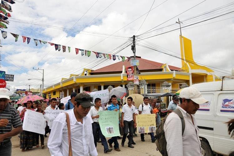 Jóvenes llevan pancartas en rechazo al asesinato de Rigoberto Lima Choc, en Sayaxché, Petén. (Foto Prensa Libre: Rigoberto Escobar)