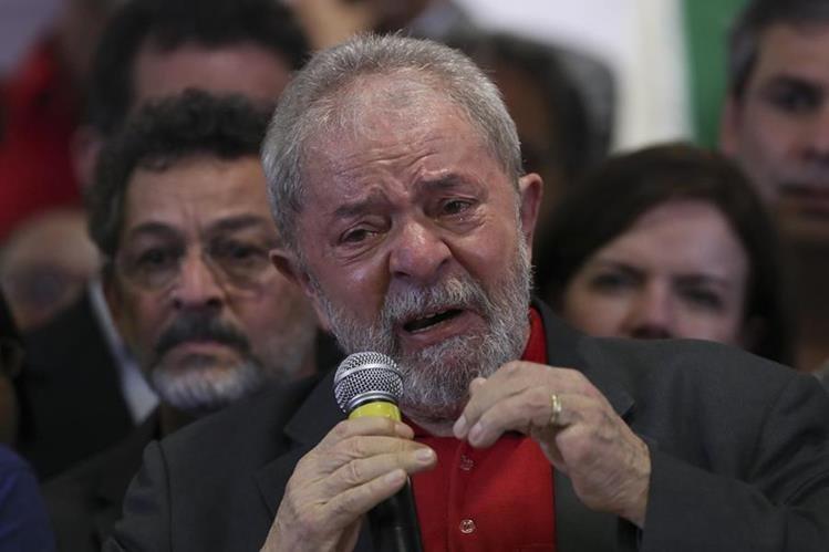 El expresidente Brasileño, Lula da Silva llora al pronunciar su discurso en Sao Paolo. (Foto Prensa Libre: AFP).