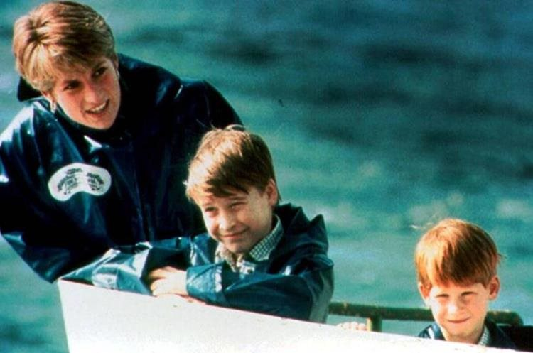 Diana de Gales junto a sus dos hijos, Guillermo y Enrique. (Foto Prensa Libre: El País).