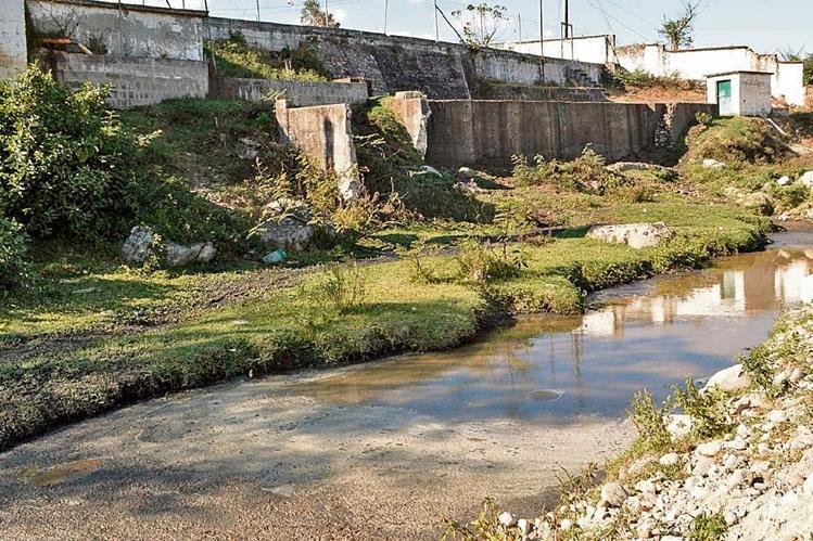 En el  río Los Esclavos desaguan aguas mieles de beneficios de café, por lo que los pobladores suponen que estos pudieron haber contaminado el agua.