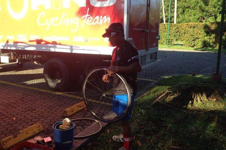 Los ciclistas dan los últimos detalles a sus bicicletas.