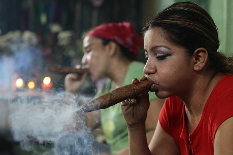 El humo del tabaco sirve ambienta los rituales de sanación de ciertas comunidades indígenas. Foto Prensa Libre: Álvaro Interiano.