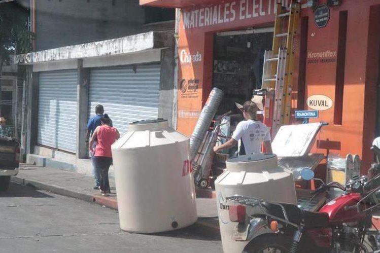 Negocios colocan mercadería en banquetas, lo que dificulta el libre paso de peatones en Mazatenango. (Foto Prensa Libre: Cristian Icó Soto)