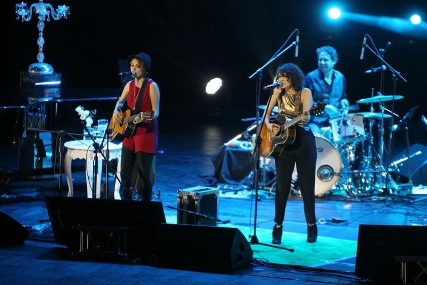 La artista invitó a su hermana Tita al escenario. (Foto Prensa Libre: Keneth Cruz)