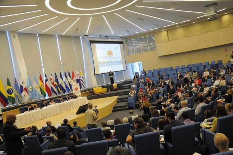 En la sede del Parlamento Latinoamericano y Panameño (Parlatino), en la ciudad de Panamá, se realizó el Foro sobre cambio climático y seguridad alimentaria. (Foto Prensa Libre: EFE)