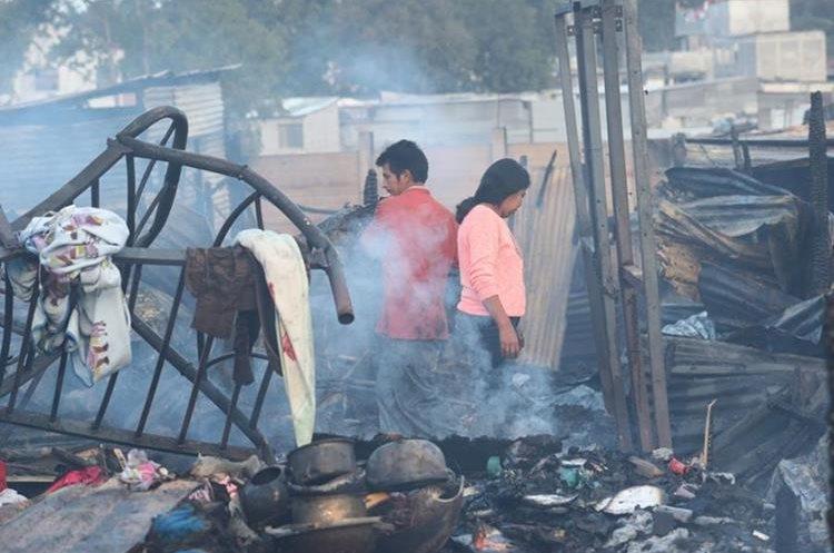 Al menos 75 viviendas fueron destruidas por un incendio en el asentamiento Los Pinos, zona 3 capitalina.