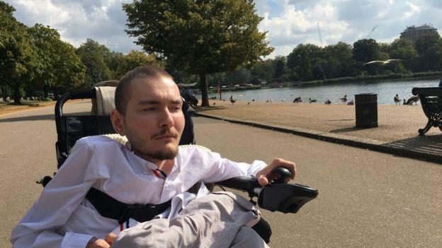 """A pesar de que piensen que """"no tiene que cambiar"""", los amigos y familiares del ruso lo apoyan en su decisión de hacerse el trasplante de cabeza. DESIRE FOR LIFE"""