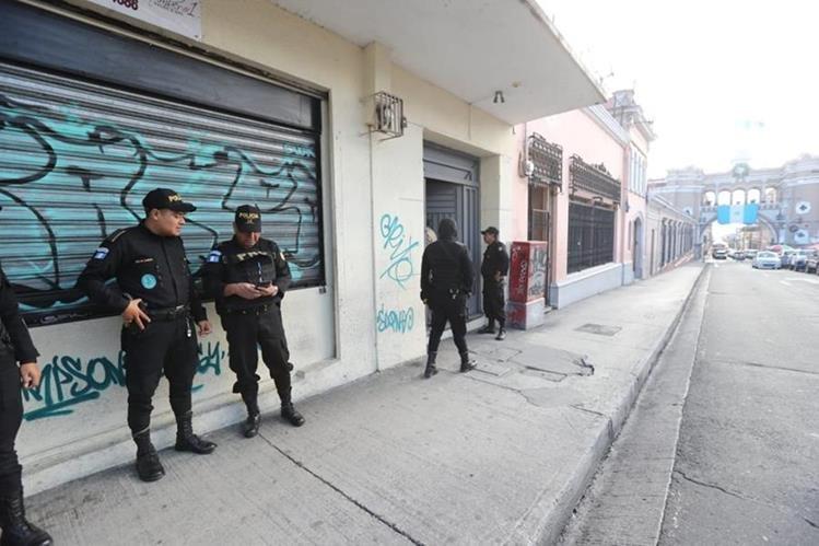 Uno de los allanamientos se realizó en la 12 calle, 6-51, zona 1 en donde incautaron Q100 mil y US$8 mil. (Foto Prensa Libre: Erick Ávila)