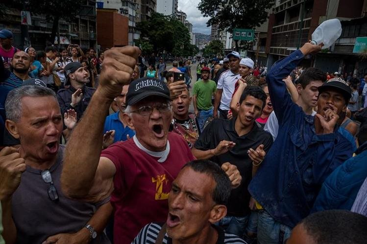 Los antichavistas también han organizado varias marchas. (Foto Prensa Libre: EFE)