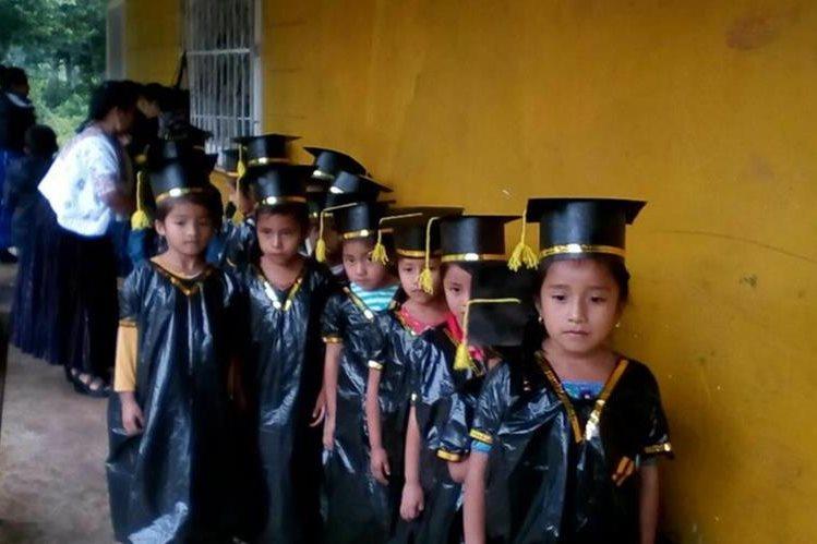 Los estudiantes lucieron emocionados al vestir sus togas. (Foto Prensa Libre: Eduardo Sam)