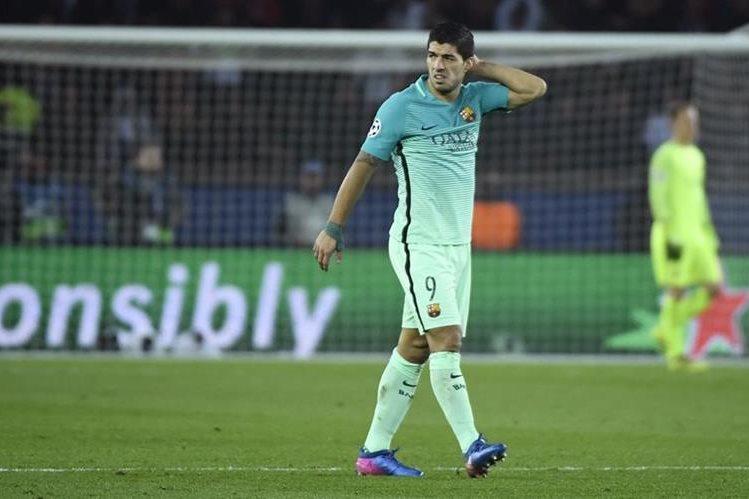 Luis Suárez muestra su frustación después de la goleada 4-0 en su visita al PSG. (Foto Prensa Libre: AFP)