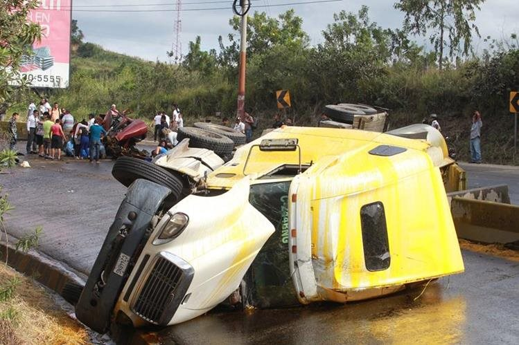 Un camión volcó el domingo en el kilómetro 24 de Amatitlán, presuntamente el conductor perdió el control al viajar a exceso de velocidad. (Foto Prensa Libre: Hemeroteca PL)