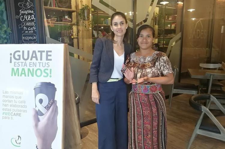Crista Foncea, directora de Fundación Coffe Care, ente que lanzó el proyecto Guate está en tus manos, y Keny Gómez, productora de café y emprendedora de Huehuetenango muestran las pulseras de We Care. (Foto, Prensa Libre: Rosa María Bolaños).