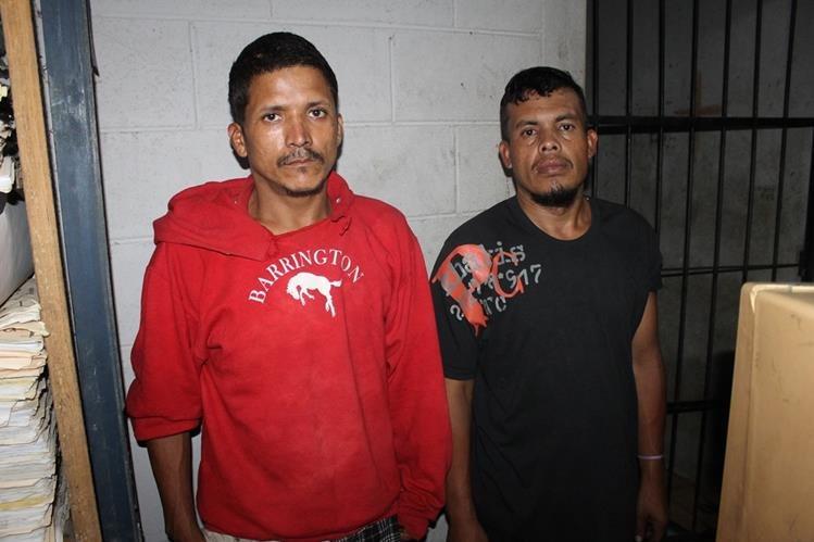 Guatemalteco y un hondureño capturados en Dolores, Petén, fueron trasladados a un tribunal de Poptún. (Foto Prensa Libre: Walfredo Obando)