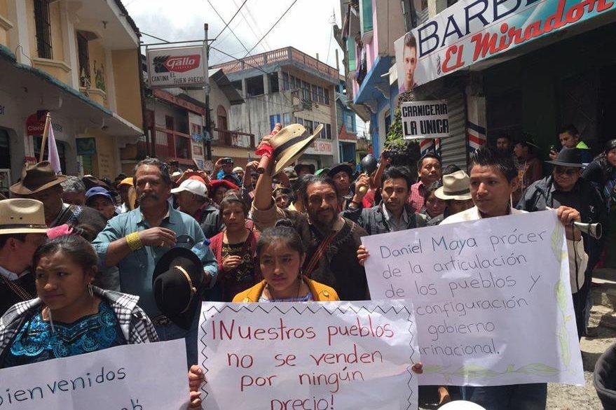 Cientos de pobladores de Santa Eulalia salen a las calles a recibir a los líderes comunitarios, en su recorrido hacia Barillas. (Foto Prensa Libre: PrensaComunitaria)