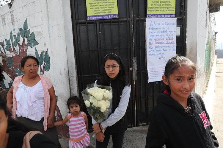 En la escuela de la maestra y los niños fallecidos se respiraba tristeza. (Foto Prensa Libre: Érick Ávila)