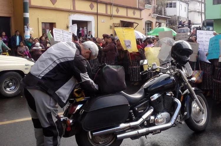 Motorista queda atrapado en bloqueo de manifestantes, en la cabecera de Sololá.