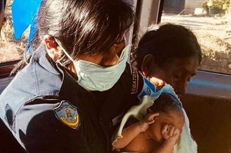 Socorristas trasladaron al hospital a la madre y al bebé. (Foto Prensa Libre: Ángel Julajuj)