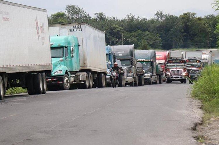 Empresas temen perder millones de quetzales en contratos porque sus productos no llegan a su destino. (Foto: Cristian Soto)