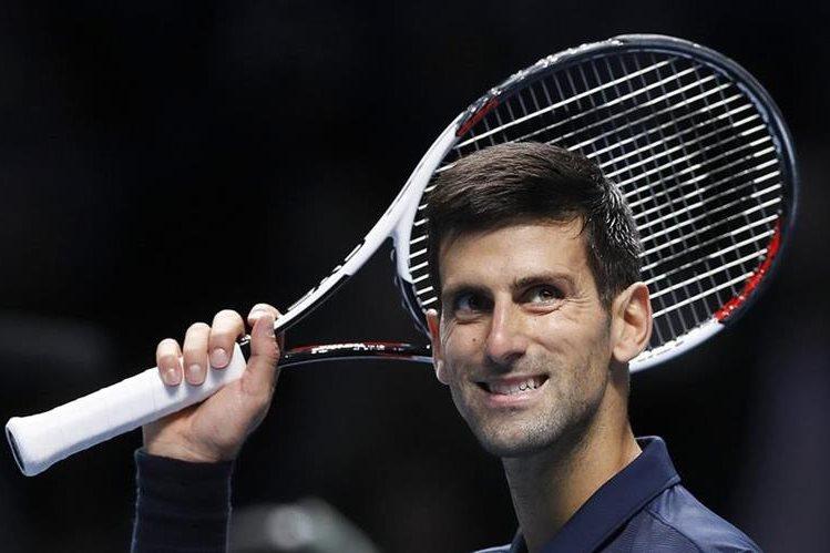 Novak Djokovic ganó el jueves su tercer partido consecutivo en el torneo de fin de temporada, al superar 6-1, 6-1 a David Goffin y terminar invicto en la fase de grupos por cuarta vez en los últimos cinco años. (Foto Prensa Libre: AFP)