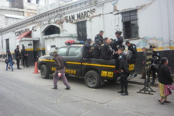 """<p>Agentes de la Policía Nacional Civil (PNC) se movilizaron para rescatar a los militares. (Foto Prensa Libre: Genner Guzmán)<br _mce_bogus=""""1""""></p>"""