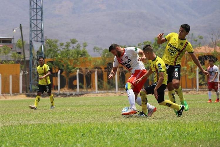Junior Andrade, de Mictlán, buscará colaborar con su equipo para que no descienda a la Primera División (Foto Prensa Libre: Hugo Oliva)