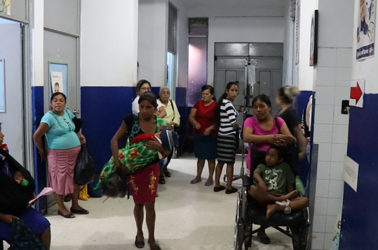 Autoridades del hospital señalan que investigarán los motivos de la mala atención en la emergencia. (Foto Prensa Libre: Hugo Oliva)
