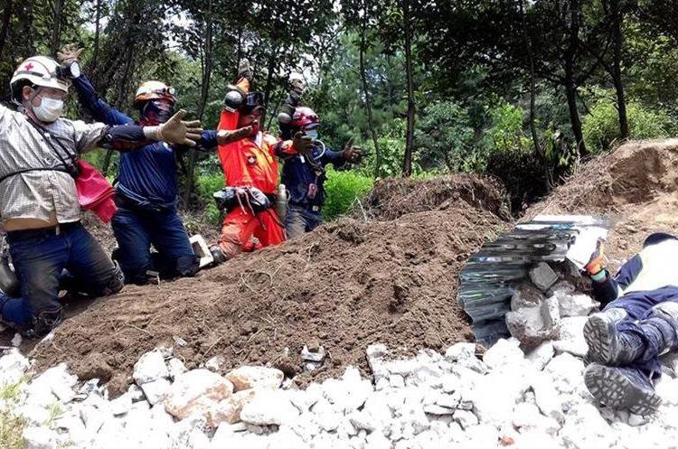 Salvaguardar la integridad de víctimas de desastres naturales es la misión de los cuerpos de socorro. (Foto Prensa Libre: Mike Castillo)