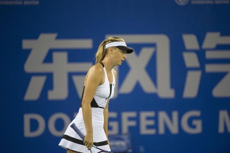Maria Sharapova en su debut hoy en China, tuvo que despedirse del torneo por lesión. (Foto Prensa Libre: AFP)