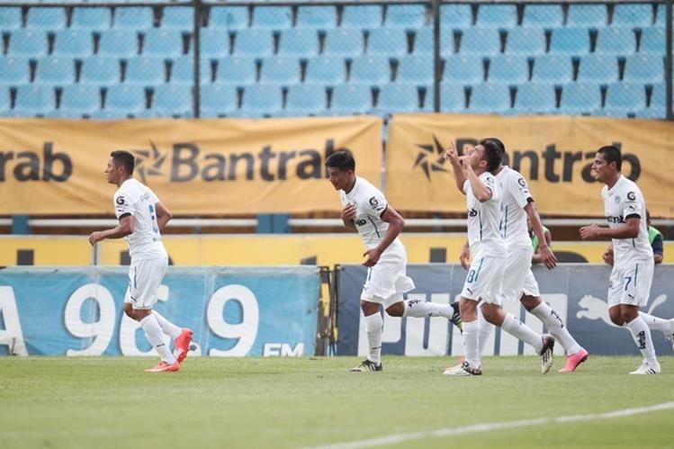 Los albos festejan el gol de Carlos Castrillo el primero del juego. (Foto Prensa Libre: Norvin Mendoza)