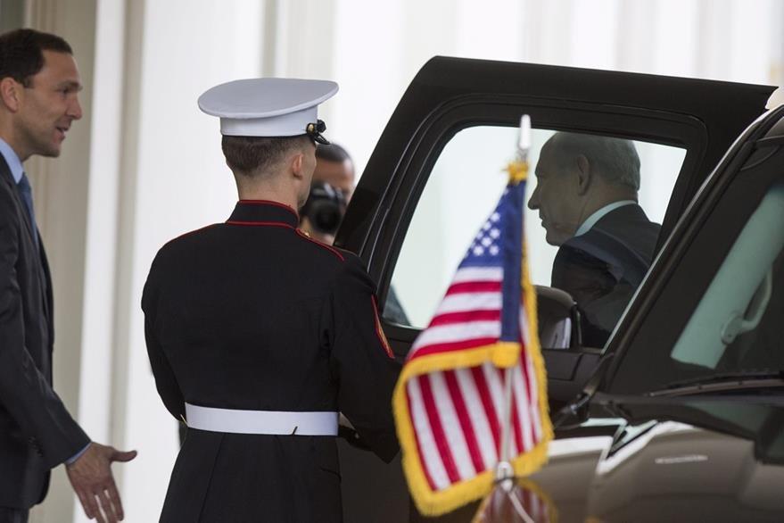 Netanyahu desciende del vehículo que lo llevó hasta la Casa Blanca. (Foto Prensa Libre: EFE).