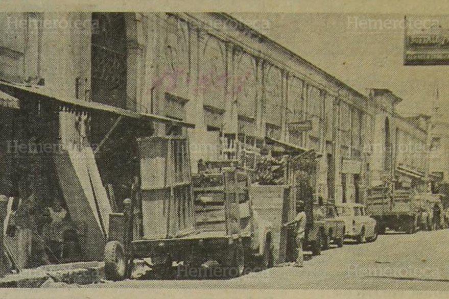 Inquilinos del Mercado Central desalojan el inmueble luego del terremoto de 1976. (Por Hemeroteca PL)