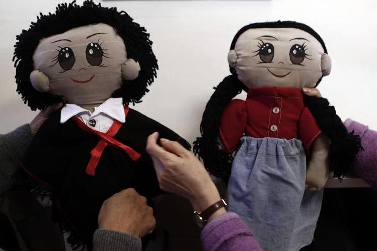 """Varios investigadores han creado a los muñecos""""Paquita"""" y """"Paquito"""" como un método para aprender idiomas indígenas. (Foto Prensa Libre: EFE)"""