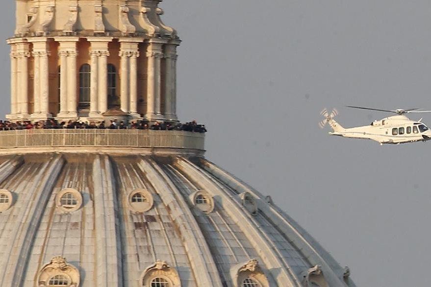 Antes de abandonar el Vaticano, el helicóptero que llevaba a Benedicto XVI sobrevoló la cúpula de la Basílica de San Pedro. (Foto: AP)