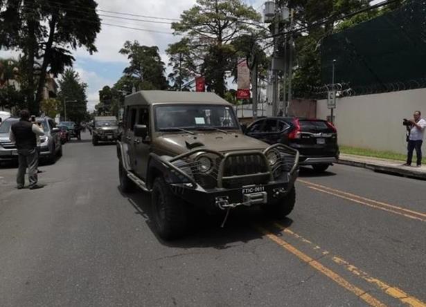 El despliegue de los jeeps J8 en las calles de la ciudad y frente a sedes importantes como la de la Cicig ha levantado la polémica y las protestas. (Foto: Hemeroteca PL)