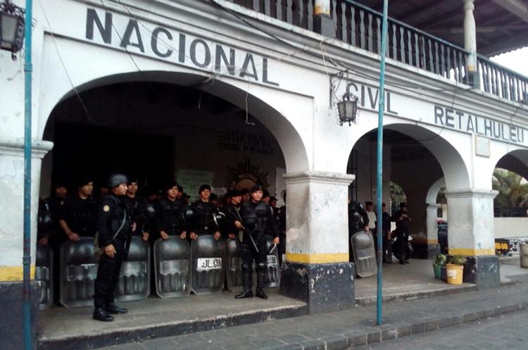 Agentes de la PNC custodia el ingreso de la cárcel de Retalhuleu. (Foto Prensa Libre: Rolando Miranda)