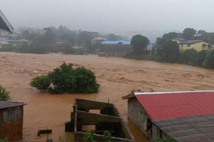 Entre las víctimas por las inundaciones en Sierra Leona hay decenas de niños. (Foto Prensa Libre: EFE)