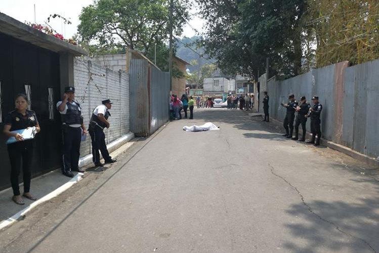 Agentes de la PNC resguardan el cadáver de Alfredo Rolando Pérez Ventura, 35 años, quien fue ultimado en Santa Catarina Pinula. (Foto Prensa Libre: Estuardo Paredes)