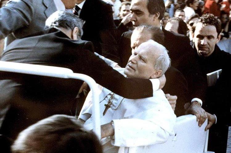El 13 de mayo 1981 el Papa Juan Pablo II colapsa después de ser disparado por el turco Mehmet Ali Agca, en la Plaza de San Pedro, Roma. (Foto: Hemeroteca PL